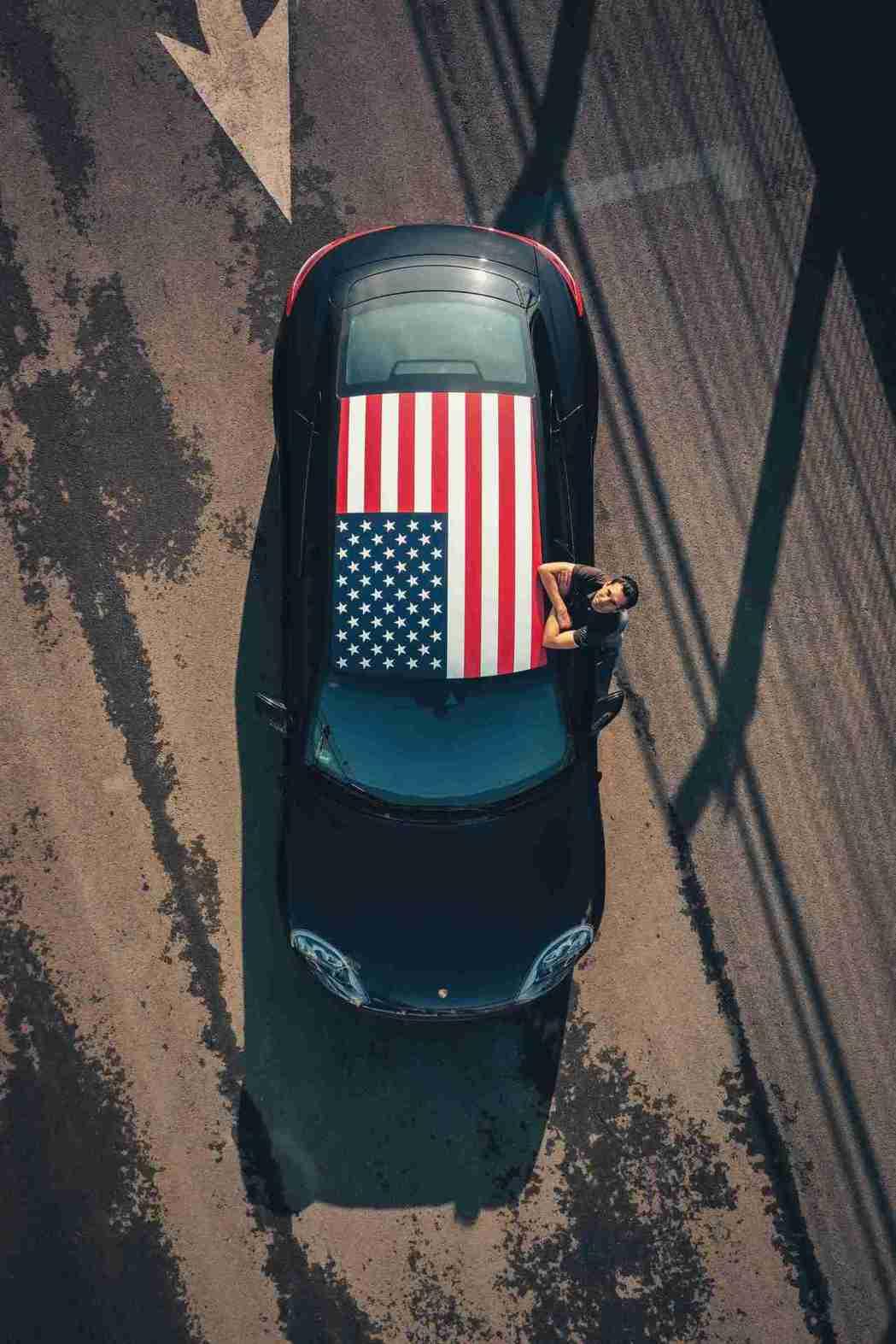 Taycan 以星條旗車頂塗裝現身,並以賽道最速單圈替三階段實測畫上句點。 圖/...