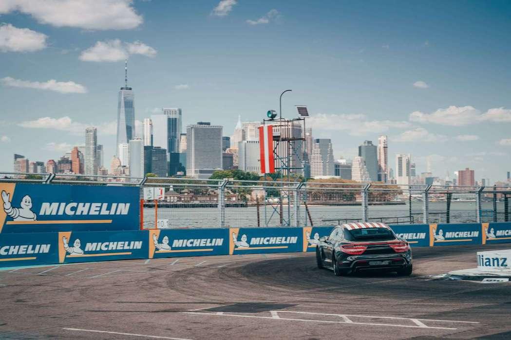 在曼哈頓天際線下Neel Jani駕駛著 Taycan馳騁於賽道。 圖/Pors...