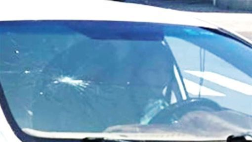 下車拍攝的出事現場,因為質疑朋友妻子天氣如此熱,為何還坐在駕駛座?驚覺照片裡的駕...
