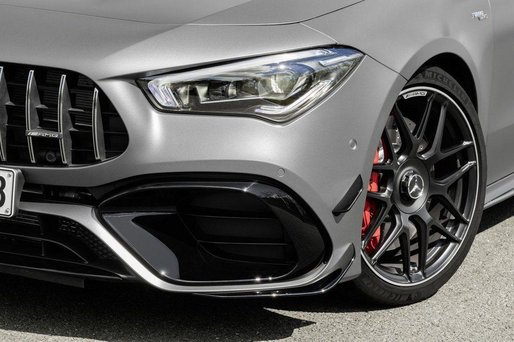 除了水箱罩外,加大的前保桿進氣壩與定風翼都是45車系專屬。 摘自Mercedes