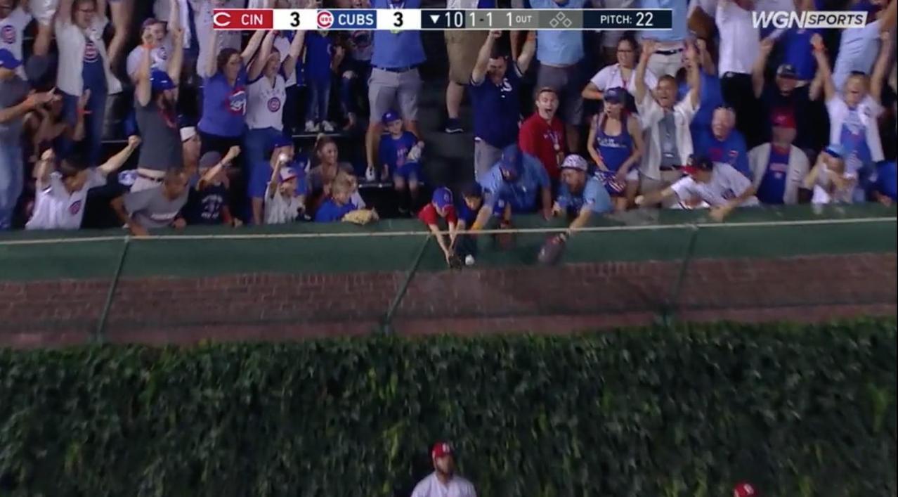 小熊史瓦伯轟出再見全壘打,但一名大人卻和小球迷搶撈致勝球。 截圖自畫面