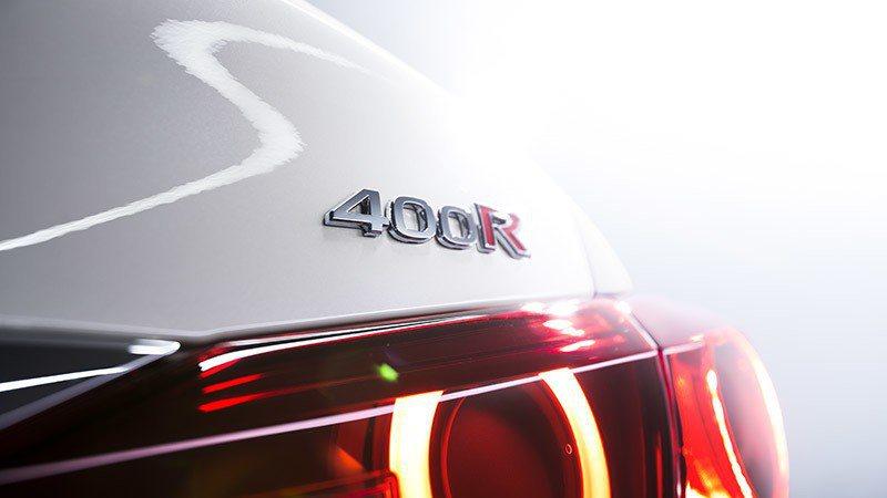 象徵性能的400R銘牌。 摘自Nissan