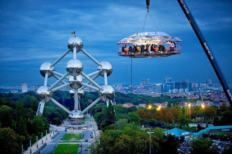 可以看到整座「餐廳」是用吊臂吊在空中。圖/Dinner in the Sky官網...