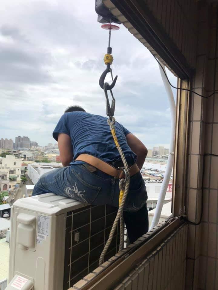 有網友認為冷氣師傅工資雖然優渥,但相對辛苦也危險。圖/擷自爆怨公社
