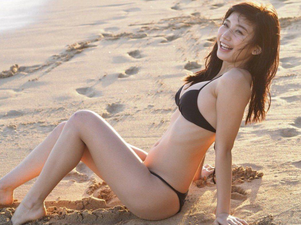 日本20歲女星小倉優香五官清純甜美,因她「G奶」好身材藏不住,被網友封為「爆乳天...