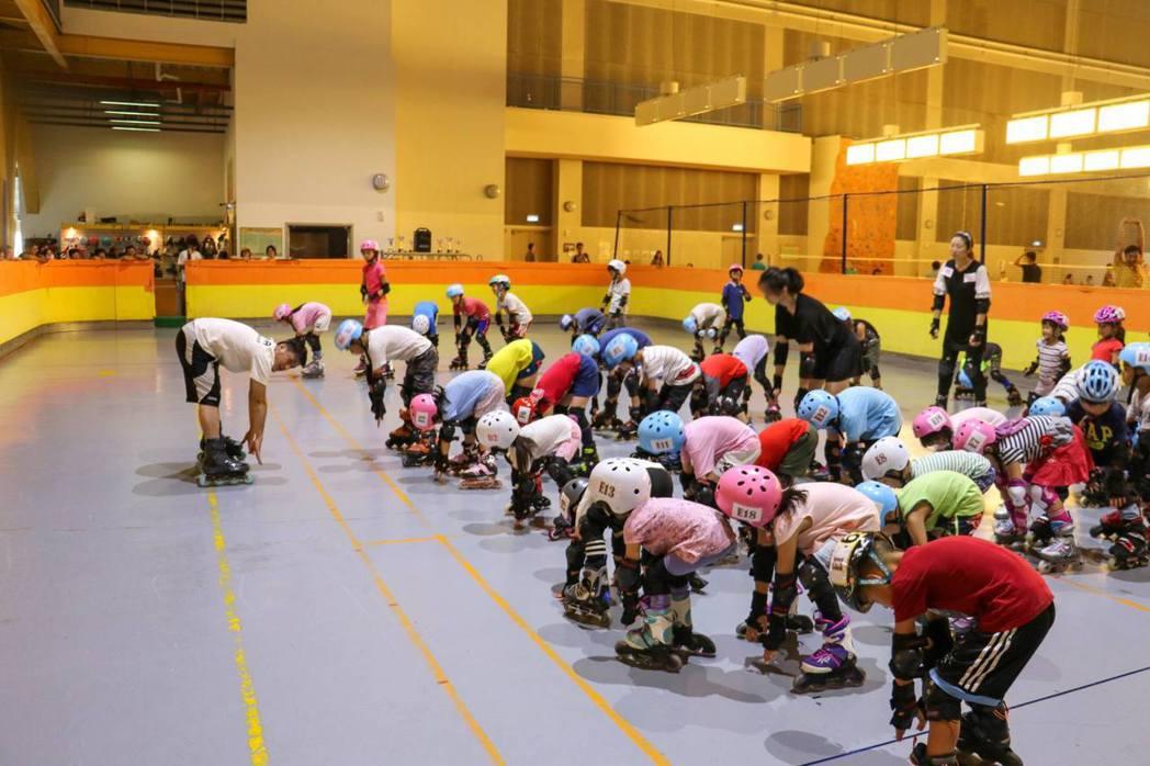 勁速直排輪大安店免費教學活動,孩童在專業教練的指導下分組上課,快樂學習成長。勁速...