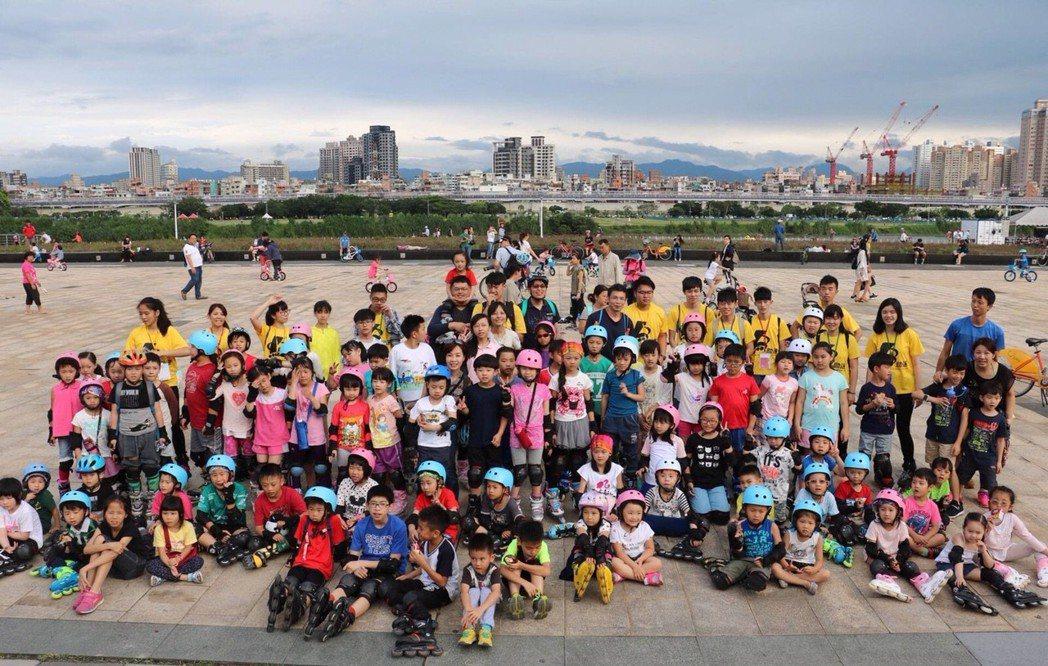 勁速直排輪舉辦河堤路溜馬拉松,讓直排輪不只是項運動課程,更有多元豐富的活動。勁速...