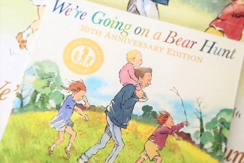 2019年是英國「國民童書」《我們要去捉狗熊》(We're Going on a...