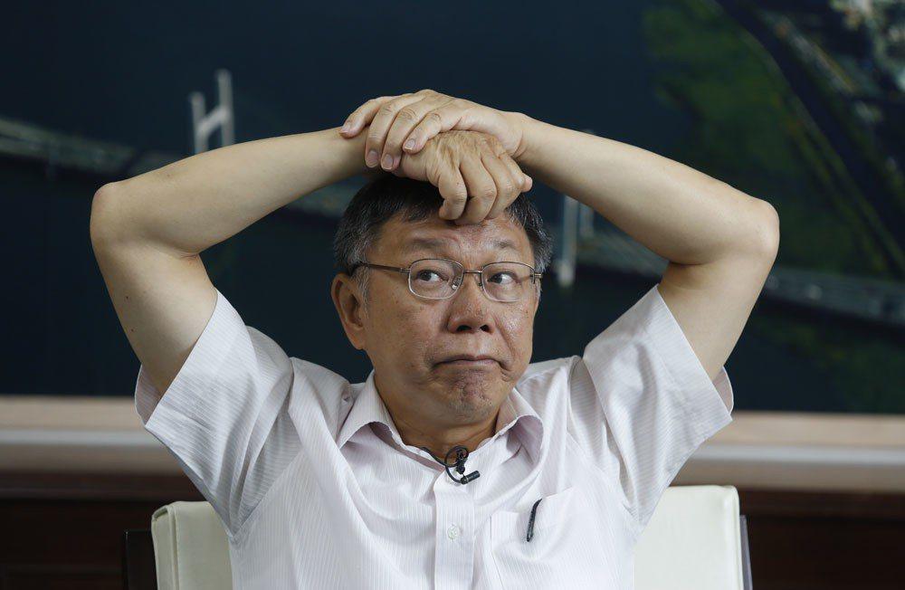 「我有時候會恨民進黨!」柯文哲一邊說一邊擤鼻涕接受專訪。攝影/郭晉瑋