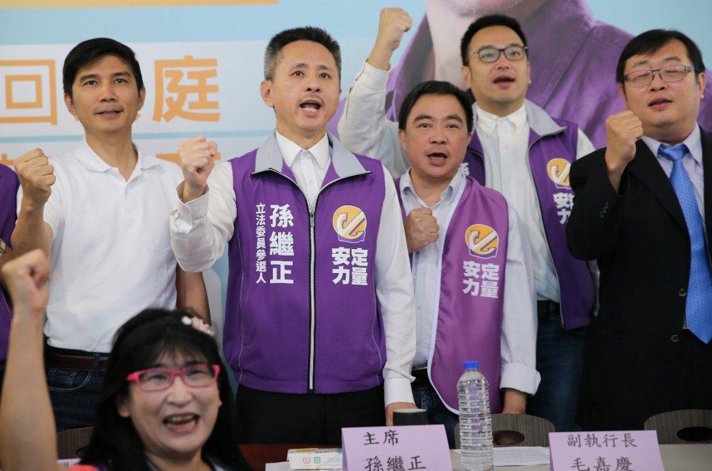 安定力量今年5月舉行組黨記者會,黨主席孫繼正(左三)、副執行長毛嘉慶(右二)等人...