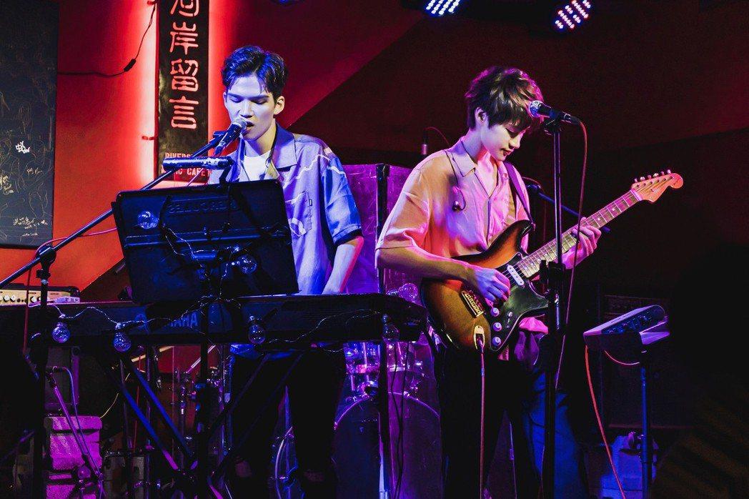 陳思翰(右)邀請派偉俊擔任嘉賓。圖/艾歐音樂提供