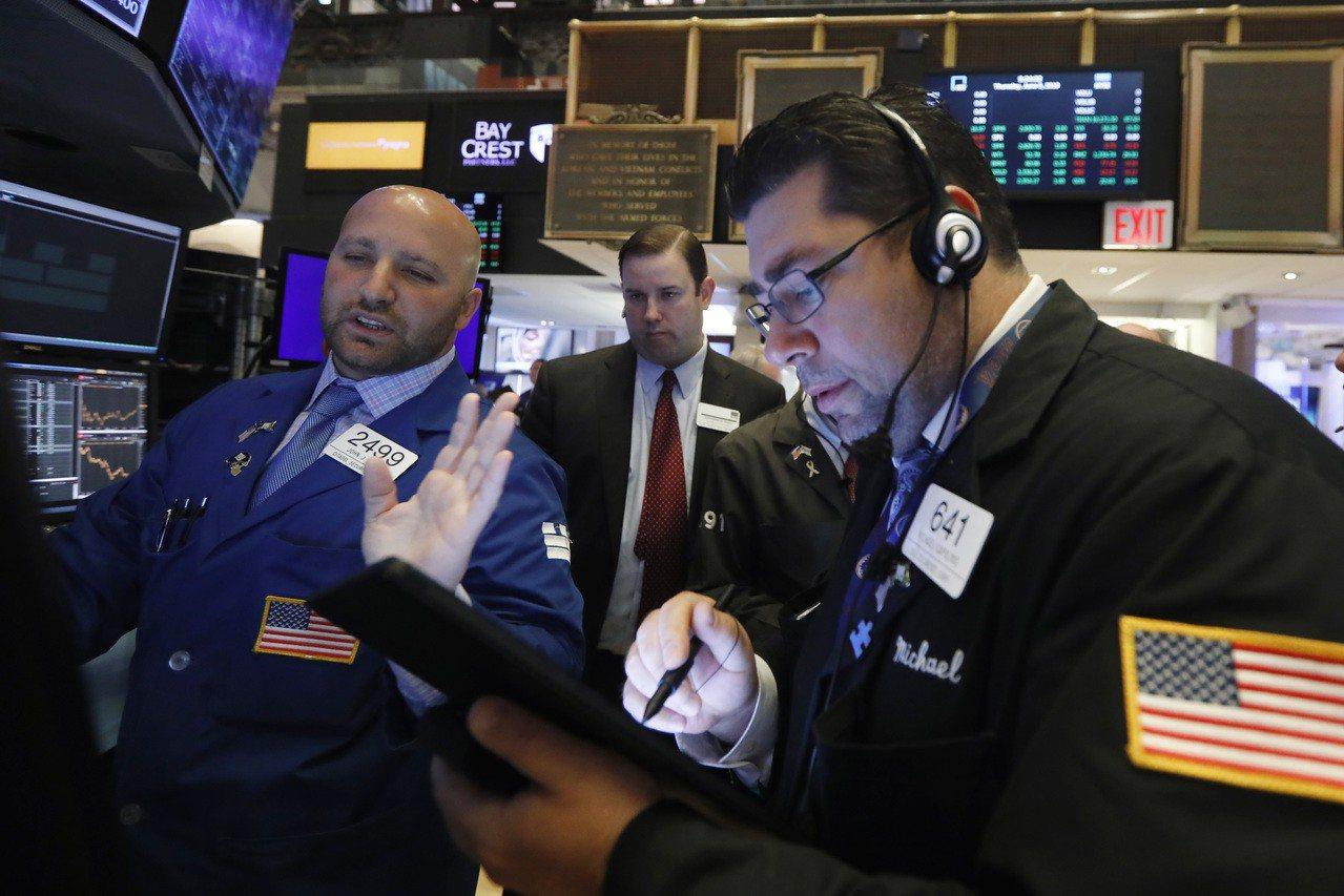 川普對美中貿易協議的說法及銀行財報引發獲利疑慮,美股周二走低。 美聯社