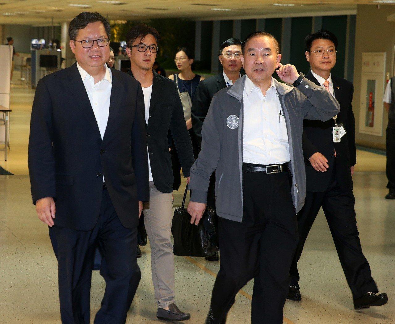 桃園市長鄭文燦(左)結束11天訪美行程,17日清晨搭乘長榮航空公司班機返抵桃園機...