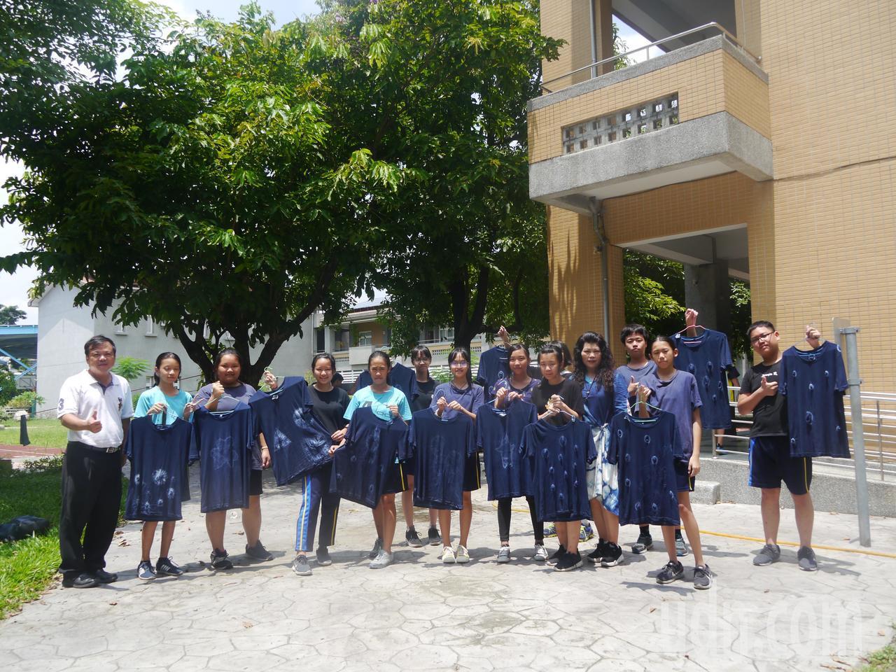 龍肚國中學生展示手上的藍染T恤成果。記者徐白櫻/攝影