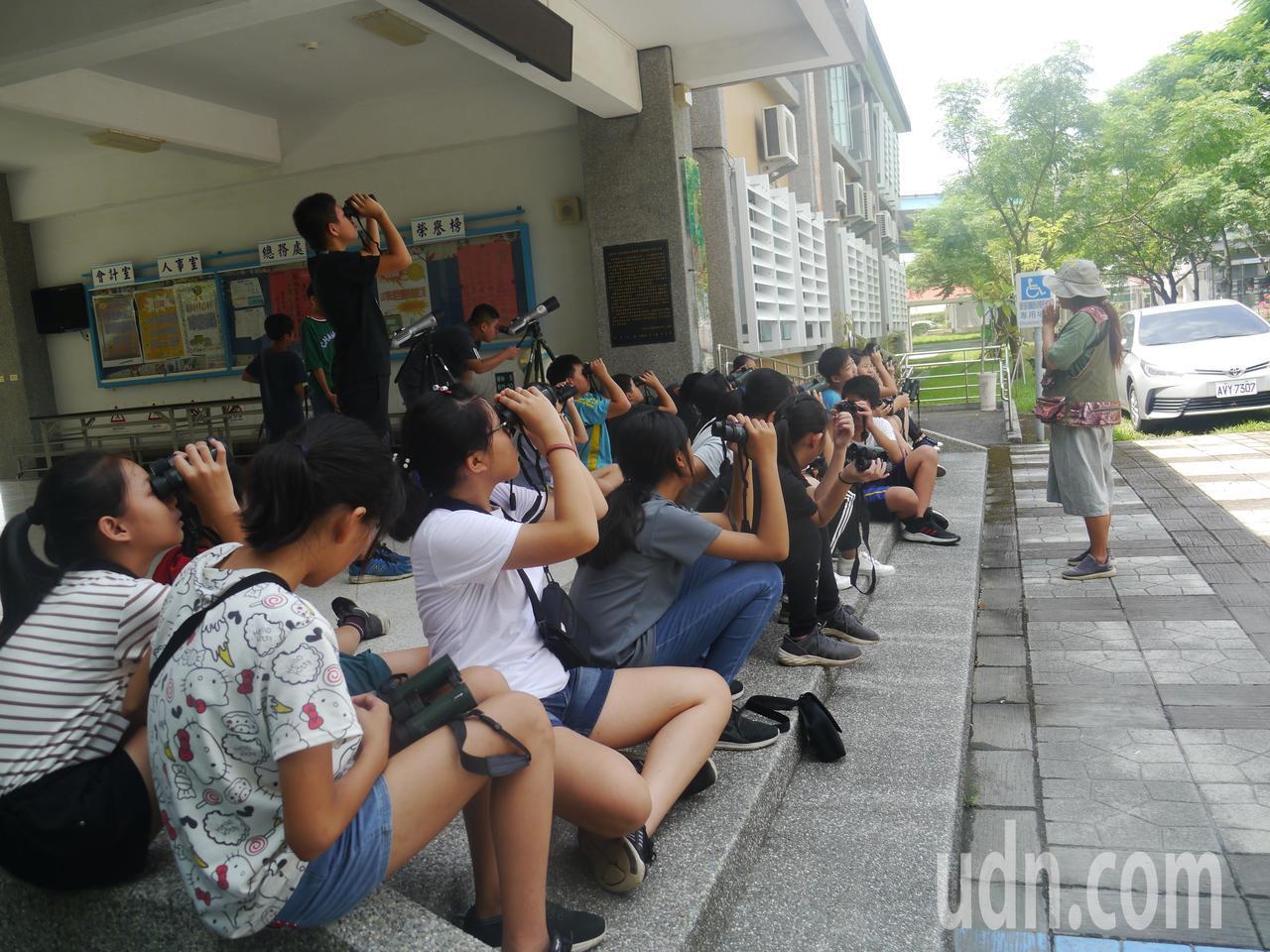賞鳥課,學生用望遠鏡觀察樹上鳥兒動態。記者徐白櫻/攝影