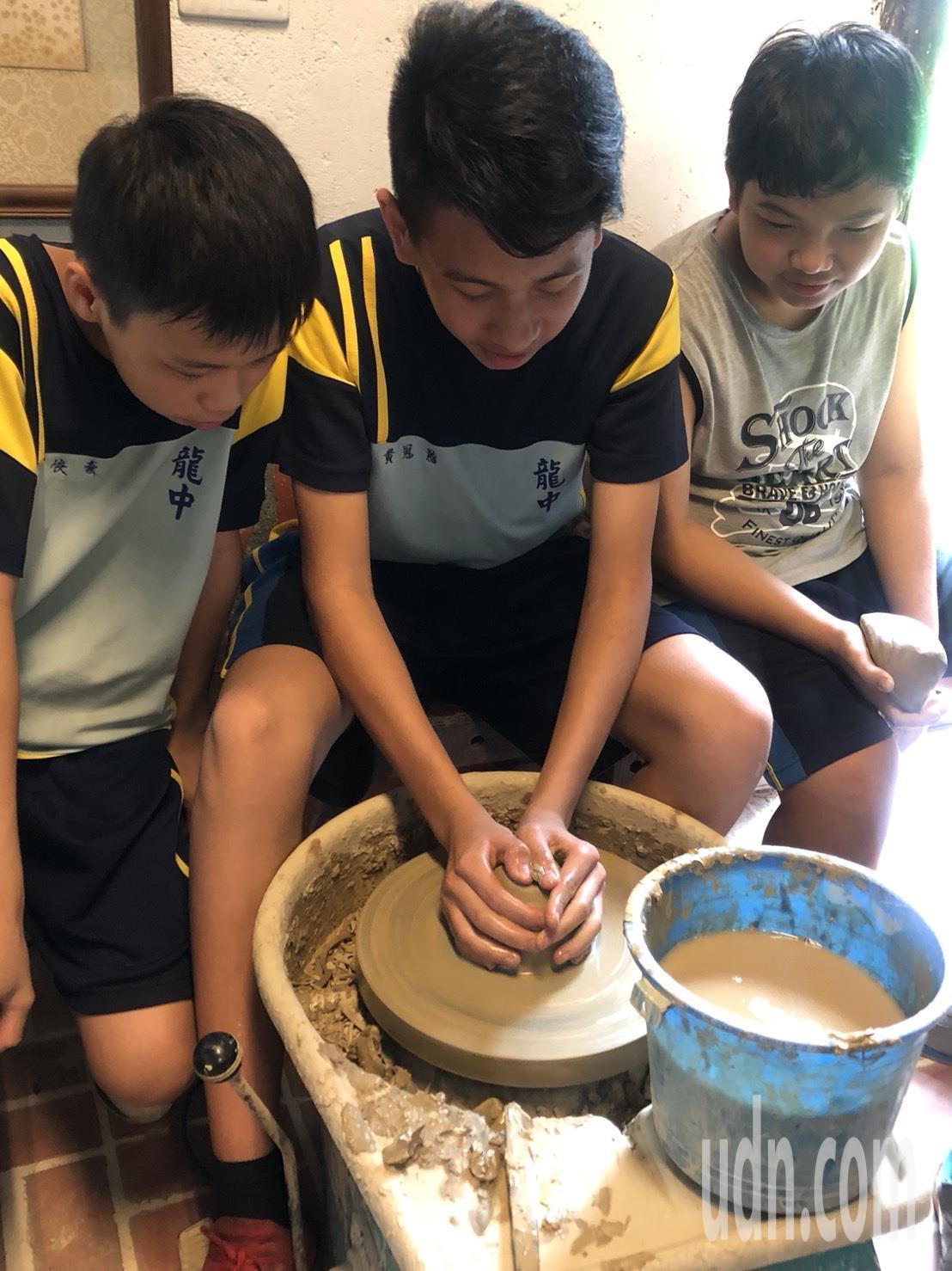 陶藝課,學生前往學校附近的陶藝教室學習拉坏。記者徐白櫻/翻攝