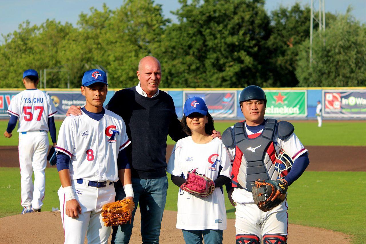 駐荷蘭辦事處陳欣新大使(右三)代表開球。圖/中華棒協提供