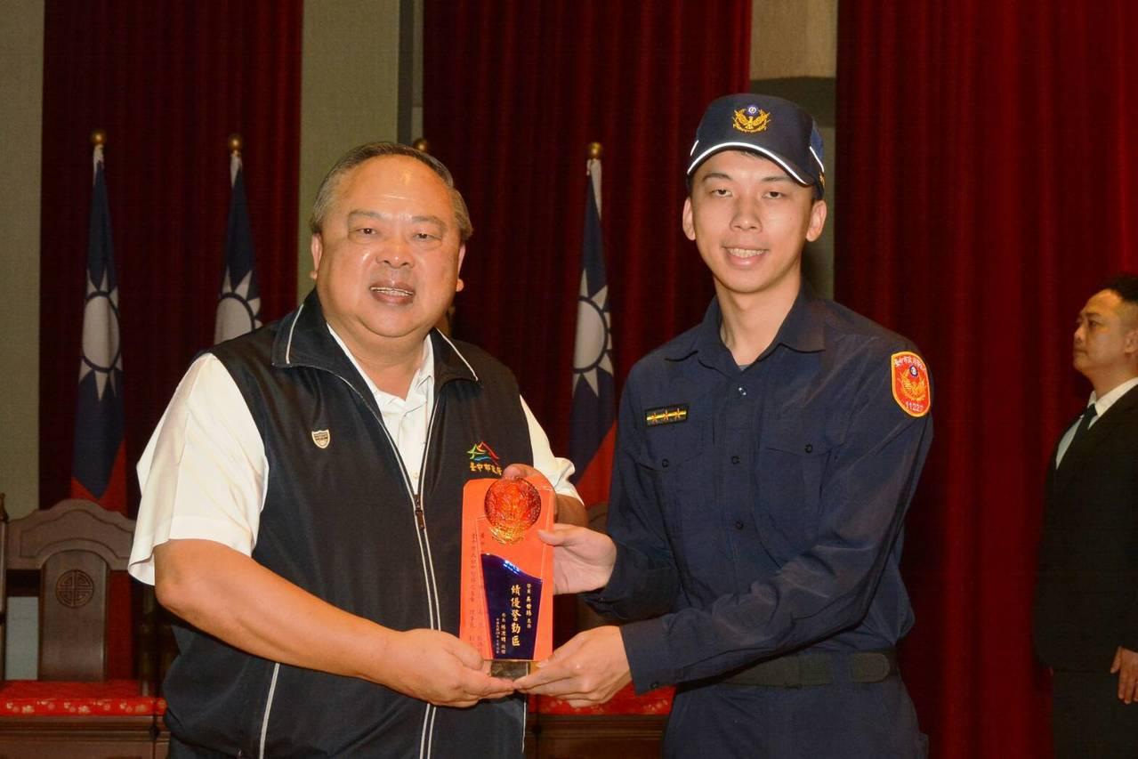 台中大甲警分局警員吳世揚,獲頒全國績優警勤區表揚。圖/警方提供