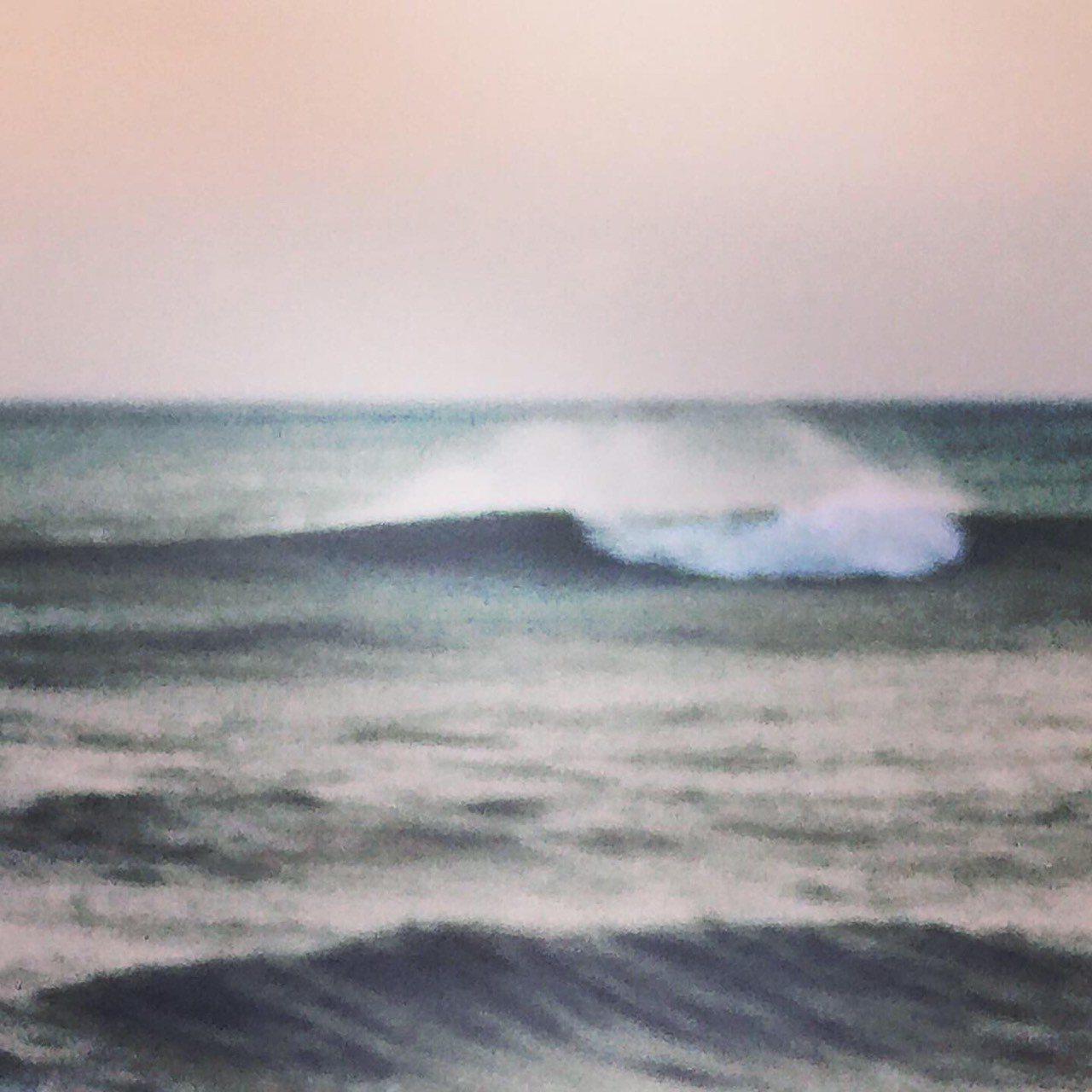 丹娜絲颱風直撲南台灣,屏東墾丁海岸今早出現長浪。記者潘欣中/翻攝