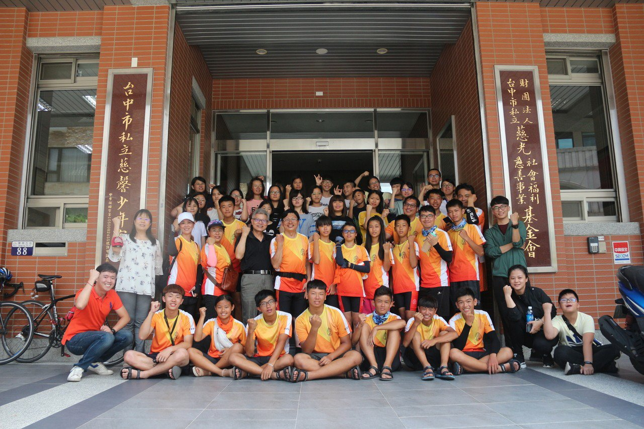 台南左鎮國中環島過程也規畫服務學習課程,前進台中慈光基金會的慈馨少年家園學生進行...