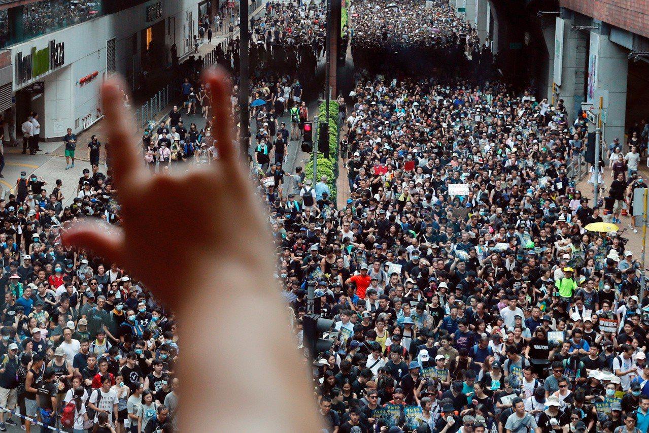 「香港反送中示威者」列入美國Time雜誌今年在網路上25最具影響力的人物。(路透...