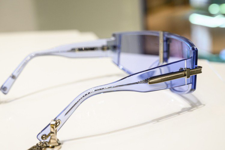 Gentle Monster與AMBUSH聯名墨鏡,在鏡腳製作了可拆卸的掛飾,具...