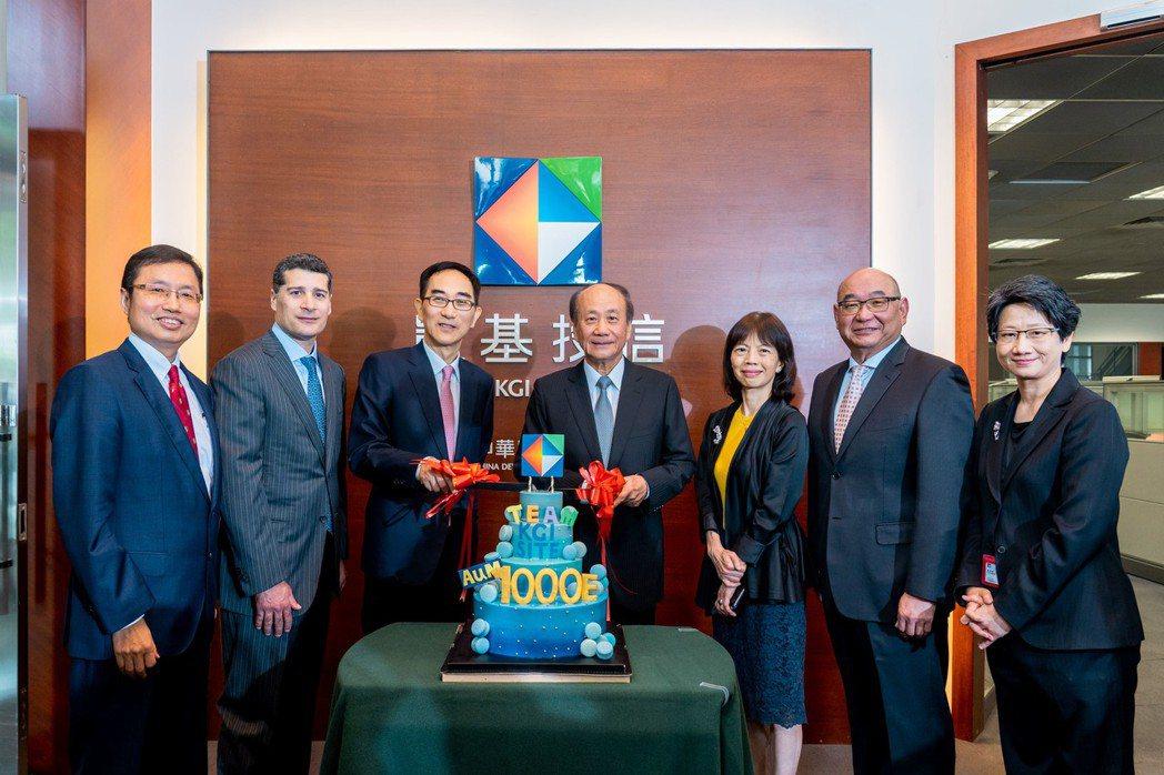 凱基投信歡慶邁入千億元管理資產規模的里程碑,左起凱基投信董事長丁紹曾、凱基證券副...