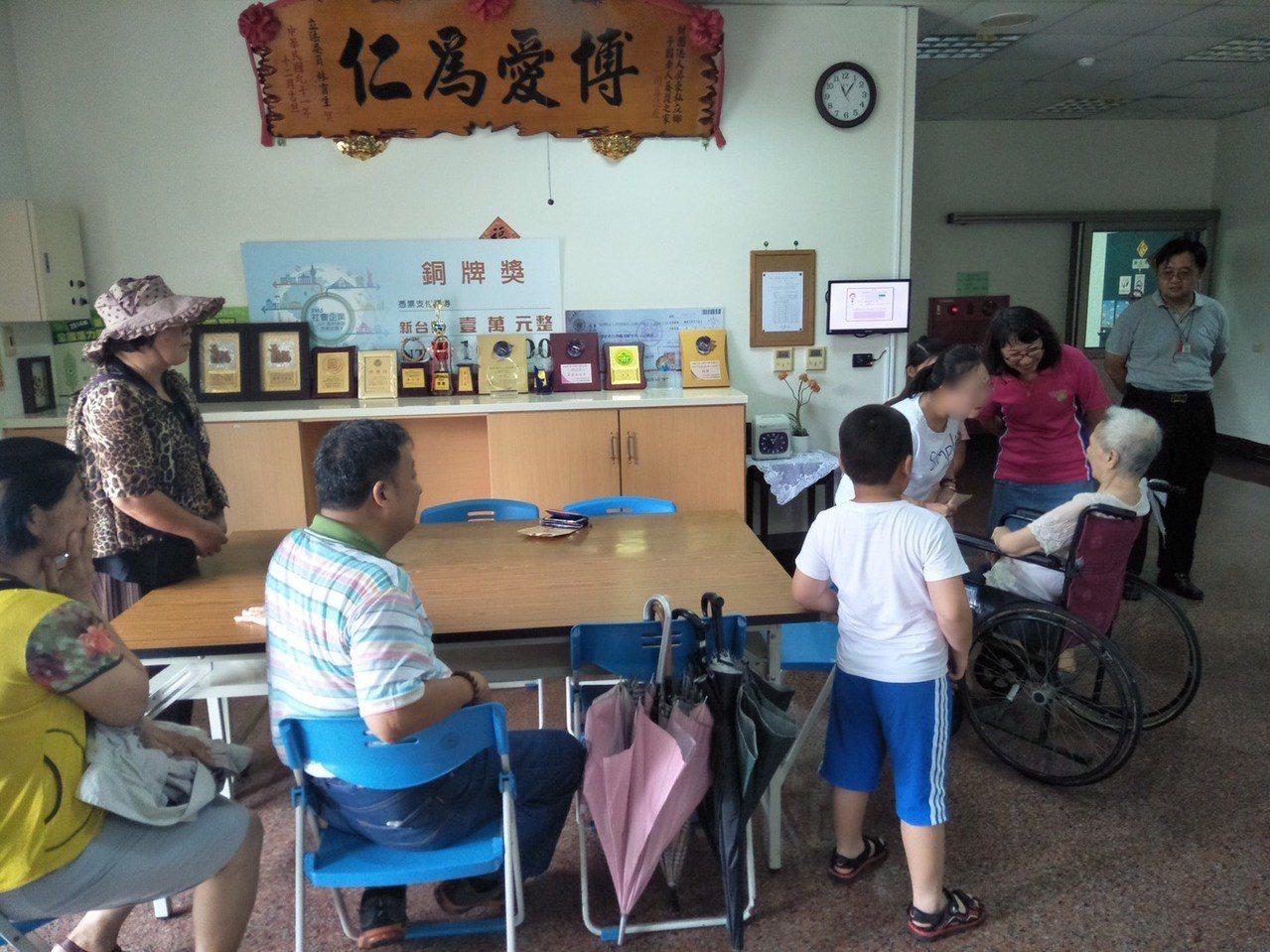 楊姓婦人24年前走失,楊的女兒看到媽媽十分激動。記者吳淑玲/翻攝