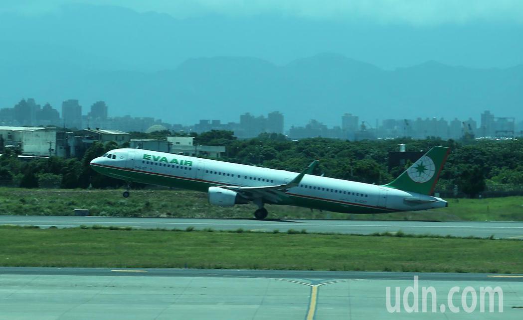 長榮航空公司17日開闢桃園往返日本青森定期航線,採用空中巴士A321型客機飛航。...