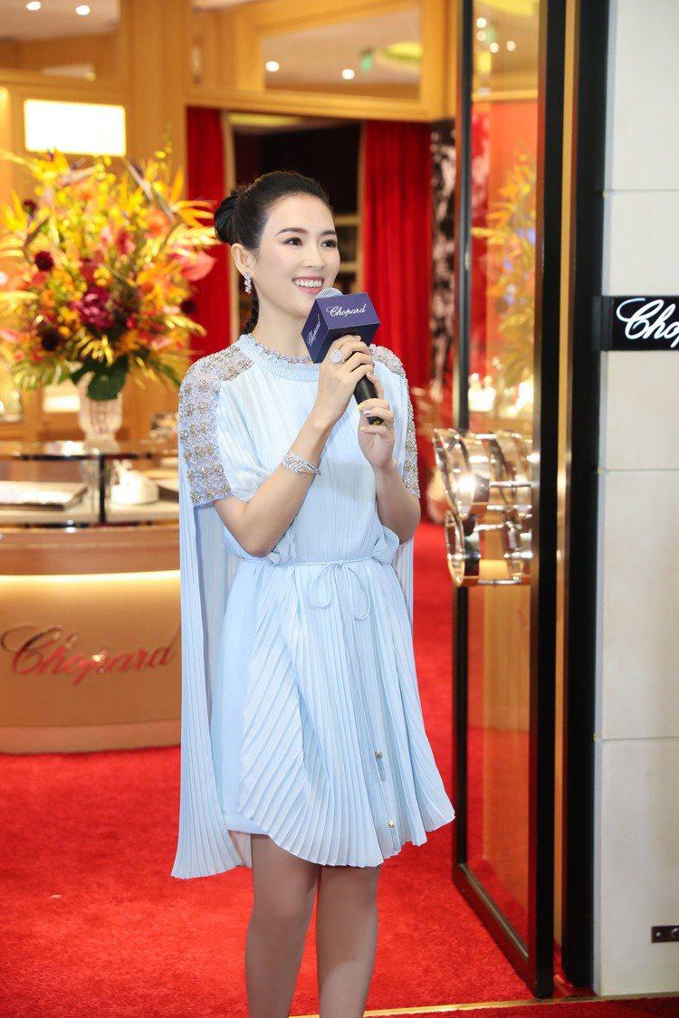 蕭邦全球大使章子怡配戴蕭邦珠寶出席上海蕭邦精品店剪綵。圖/蕭邦提供