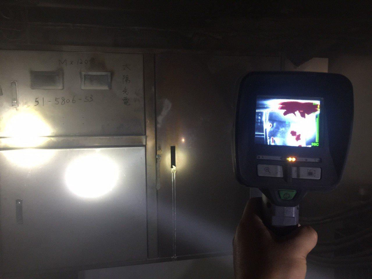 高雄市前鎮區瑞祥高中今上午傳起火!教學大樓地下室太陽能光電設備起火,冒出濃煙,消...