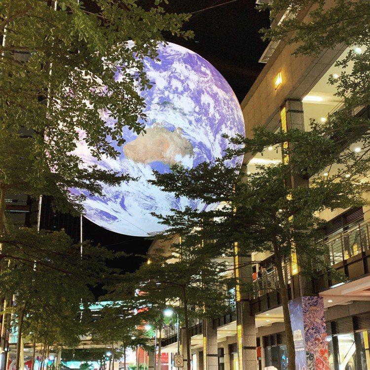 夜晚的「蓋亞」(Gaia)飄浮地球相當閃耀美麗。圖/讀者提供