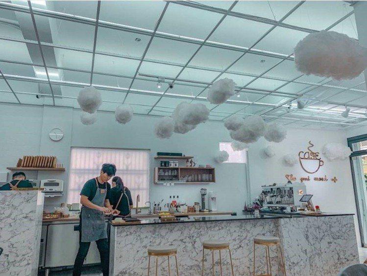 「咕嗼咖啡」空間飄著小雲朵好夢幻。圖/IG @suwen9319提供
