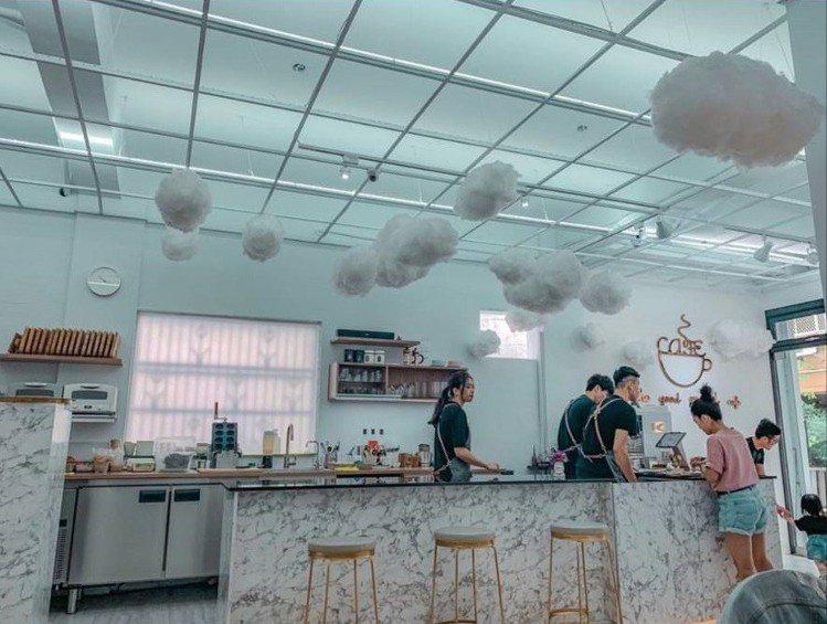 「咕嗼咖啡」空間舒適簡潔。圖/IG @suwen9319提供