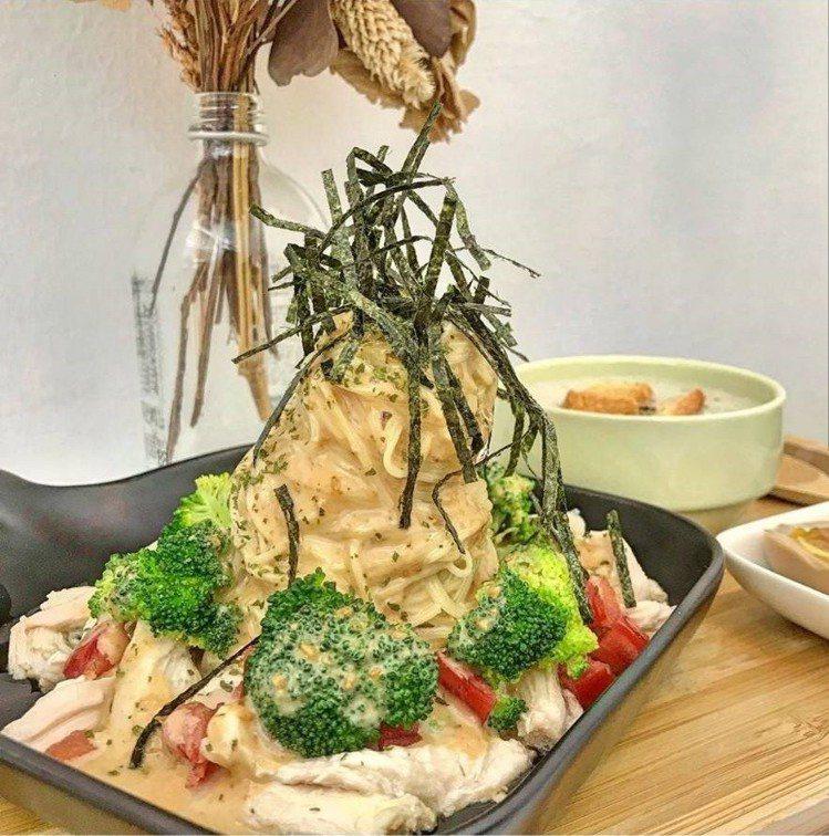 「咕嗼咖啡」日式胡麻雞肉,溏心蛋、舒肥雞肉好吃。圖/IG @77___foodi...
