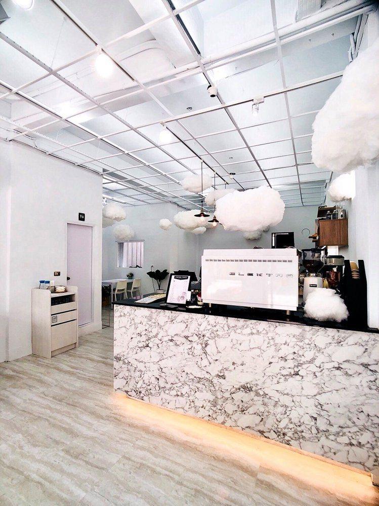 「咕嗼咖啡」有小雲朵拍照好夢幻。圖/咕嗼咖啡提供