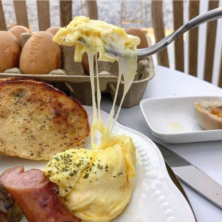 早午餐煎蛋會牽絲。圖/IG @77___foodie提供