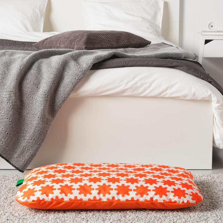 LURVIG寵物睡墊,(橘白色系),原價599元、特價199元。圖/IKEA提供