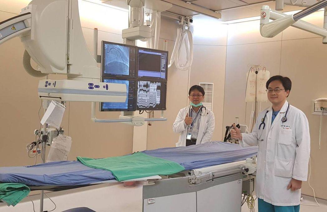 南投縣埔里基督教醫院8年前成立心臟血管中心,心導管手術僅靠中心主任孫德光(右)1...