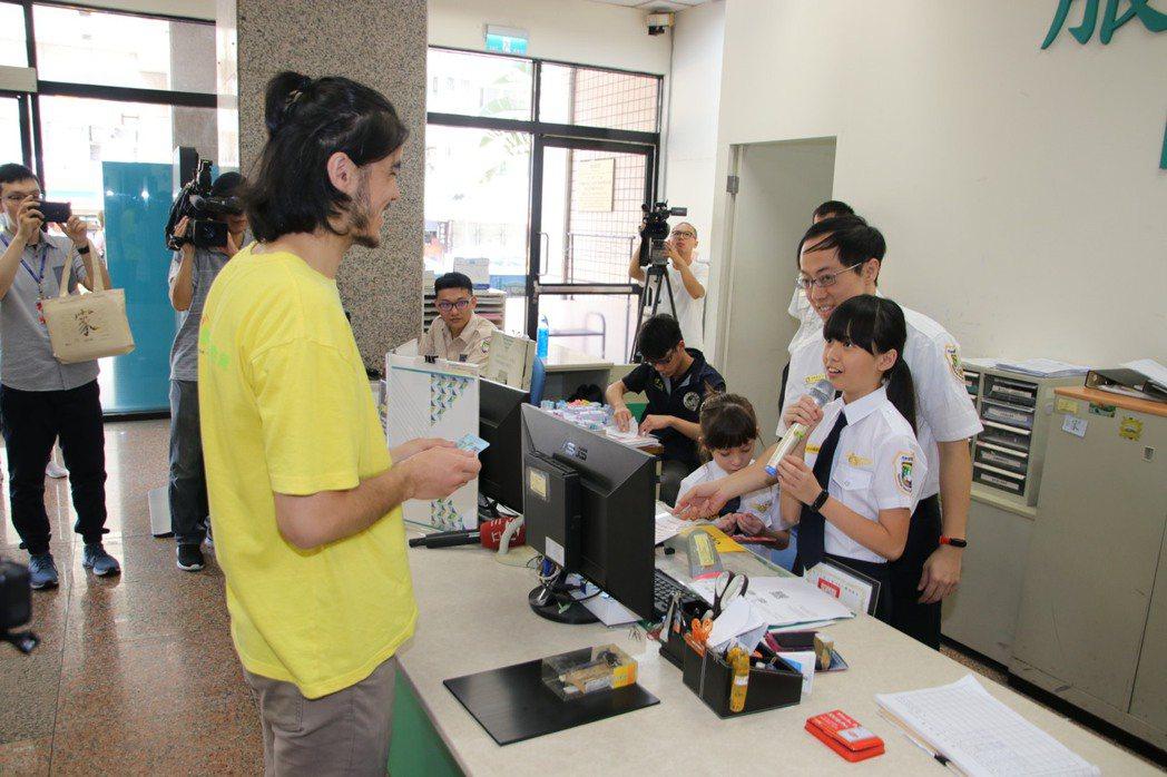 小小移民官幫忙抽號、接待民眾領申請表及協助辦證。移民署圖/記者廖炳棋翻攝