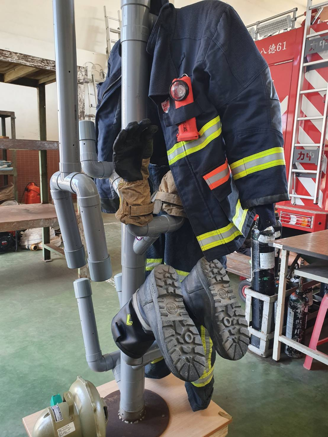 桃園市八德消防分隊故而自製烘乾裝備的「消防專用自動乾衣架」,以新台幣4千內的低成...