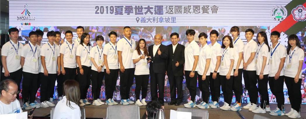 中華代表團今天在拿坡里世大運返國餐會齊聚,行政院院長蘇貞昌(右11)也親自到場。...