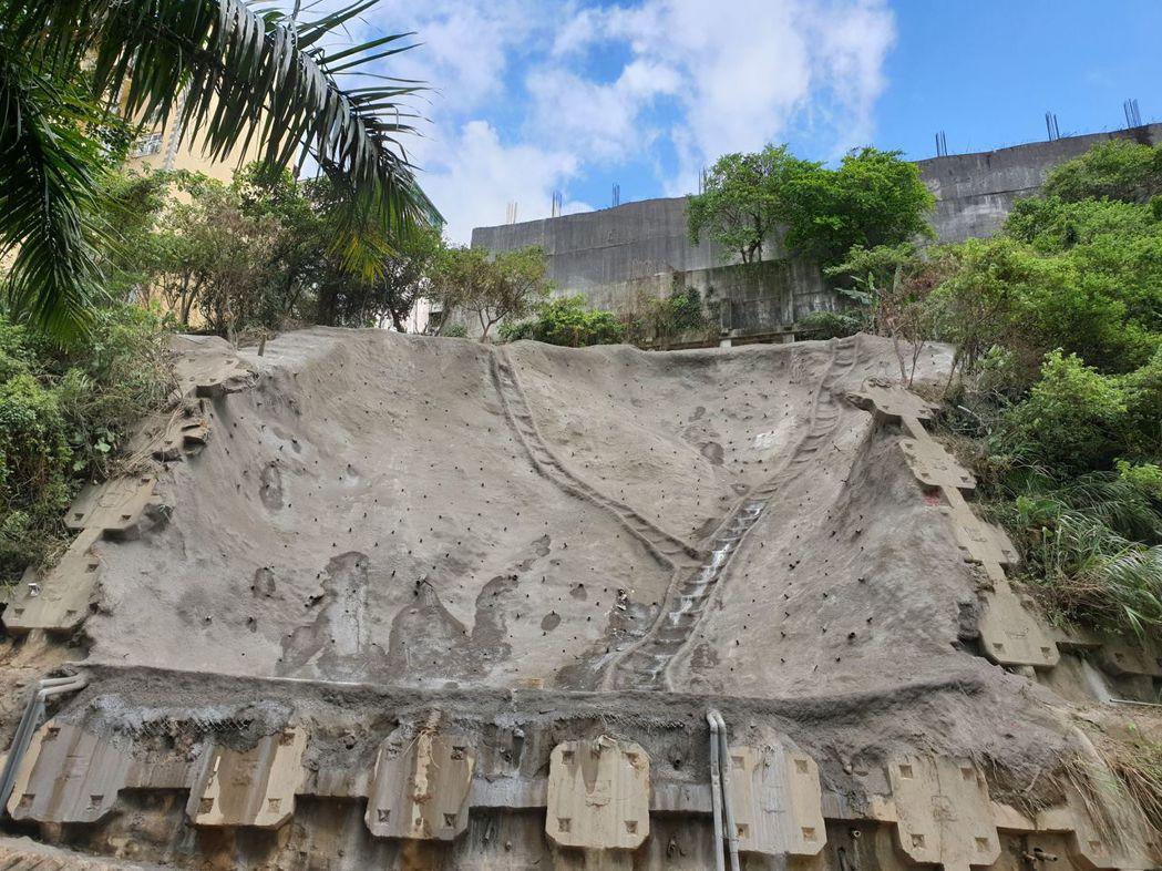 汐止秀山路137號路段上月24日及本月2日因受豪雨影響,發生邊坡坍方,工務局也請...