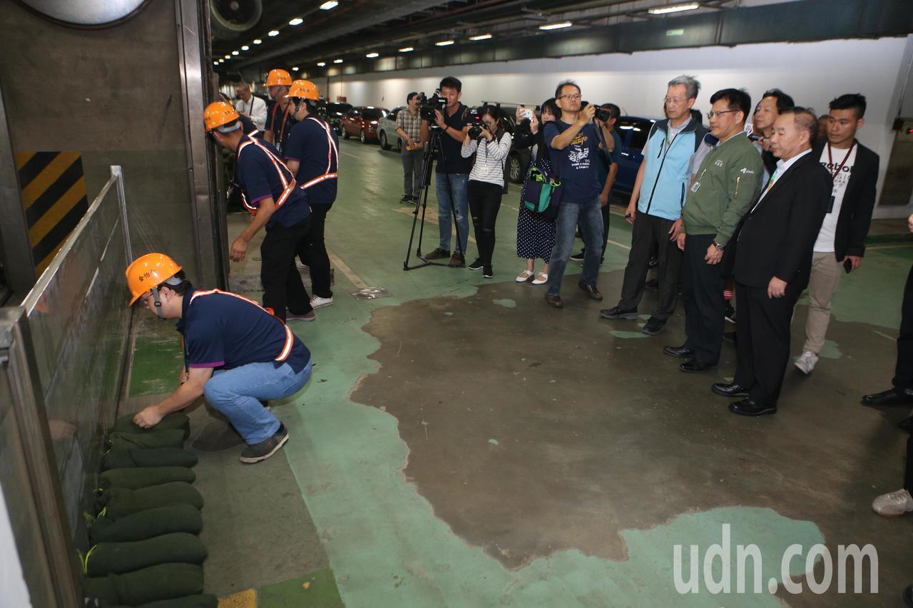 交通部長林佳龍(右三)17日下午到桃園機場巡視各項防颱準備。記者陳嘉寧/攝影