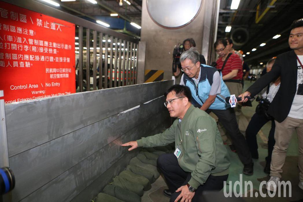 交通部長林佳龍(中)17日下午到桃園機場巡視各項防颱準備。記者陳嘉寧/攝影