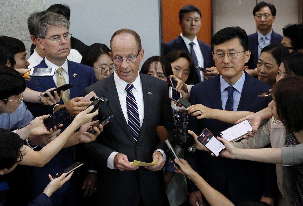 美國亞太助卿史達偉(中)17日拜會南韓外長康京和後,召開記者會。美聯社