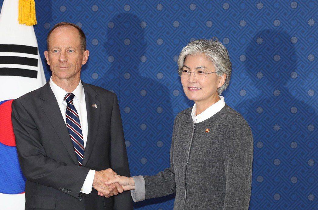美國亞太助卿史達偉(左)17日拜會南韓外長康京和。歐新社
