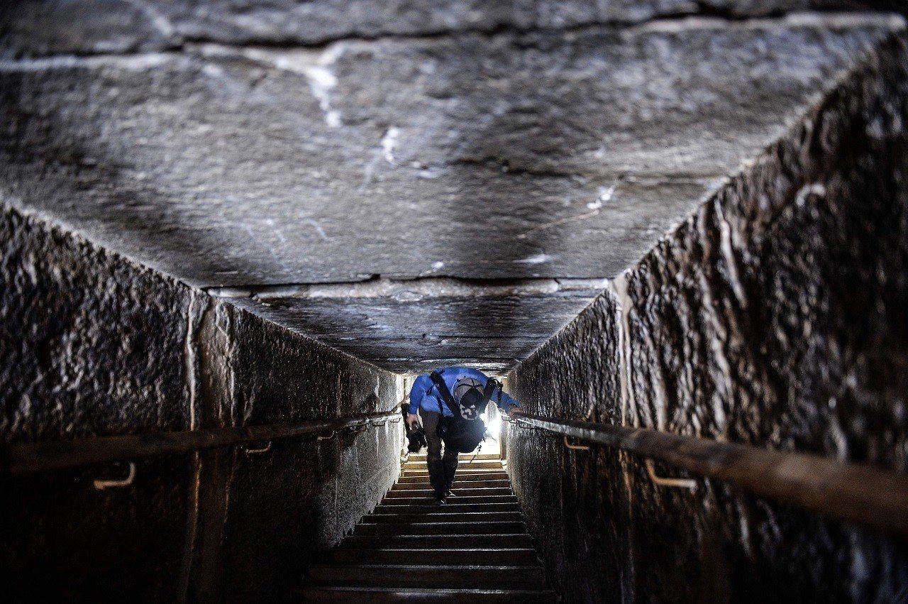 埃及13日開放距今已有約4600年歷史的曲折金字塔供遊客參觀,遊客可自金字塔北側...