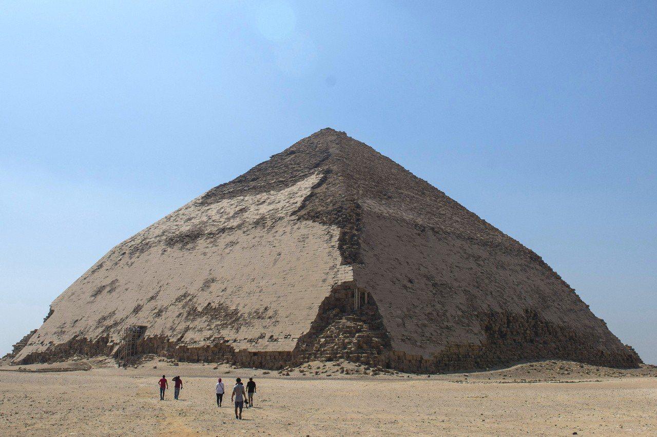 埃及13日開放遊客參觀的曲折金字塔。曲折金字塔屬於孟非斯古都代赫舒爾墓地,距今已...