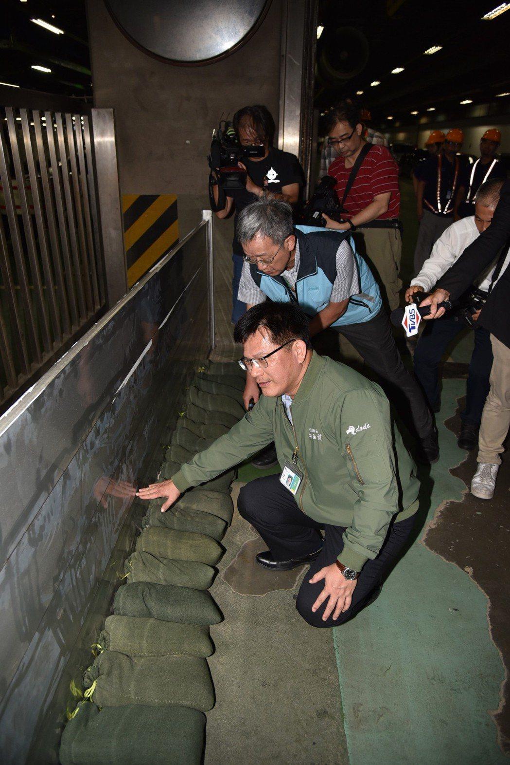 颱風即將來襲,桃園機場做好防災整備,備妥4,550包沙包、66座防水匣門,交通部...
